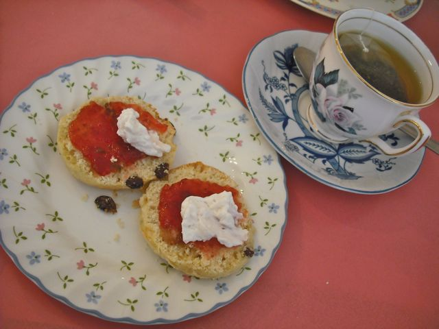 https://i1.wp.com/fatgayvegan.com/wp-content/uploads/2011/06/tea-and-scones.jpg?fit=640%2C480