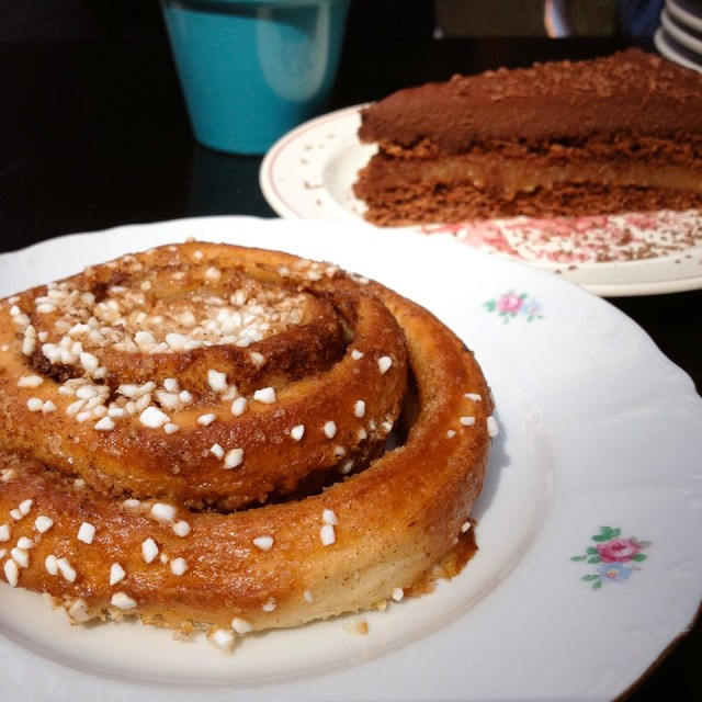 4 Kao%27s vegan Malmö - cinnamon swirl and chocolate-caramel cake