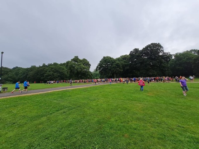 Around 500 people gathering at the start of Southampton parkrun. They are spread about 150m wide.