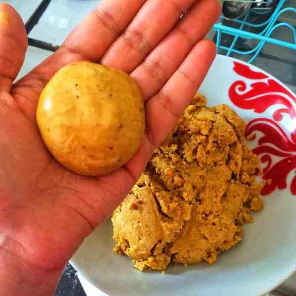 Besan Ke Ladoo (Sweet gram flour balls) - a sweet Indian/Pakistani treat from fatimacooks.net