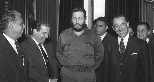 Fidel Castro entre o vice-presidente João Goulart e o presidente Juscelino Kubitschek.