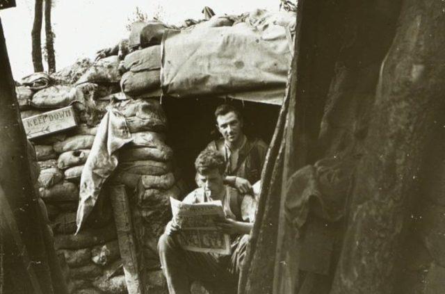 soldados-leem-jornal-em-um-acampamento-de-ploegsteert-na-belgica-durante-o-verao-de-1916