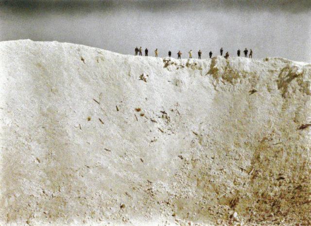uma-cratera-causada-pela-explosao-de-19-minas-colocadas-debaixo-posicoes-alemas