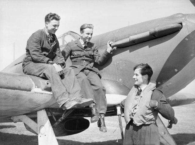 O líder de esquadrão Peter Townsend (Futuro palafreneiro da corte real) conversa com o seu grupo em Wick, Scotland, 1940.