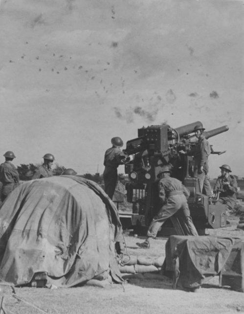Os artilheiros antiaéreos britânicos disparam os QF de 3,7 polegadas AA, durante a Batalha da Grã-Bretanha.