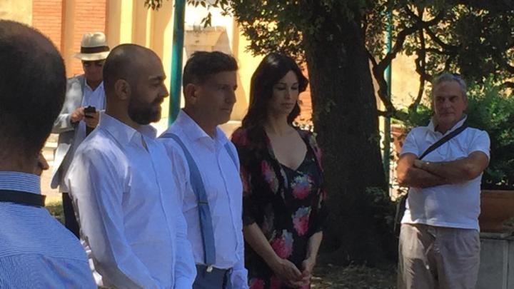 Valerio e Vincenzo sposi davanti al Comune e a Manuela Arcuri