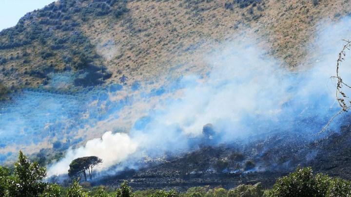 Incendio a Terracina: le immagini degli elicotteri a lavoro