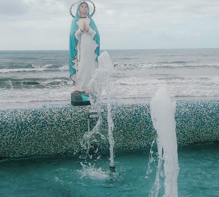 Il mare dei miracoli e la statua abusiva