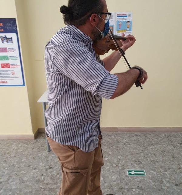 Bassiano accoglie i bimbi a scuola con il violino