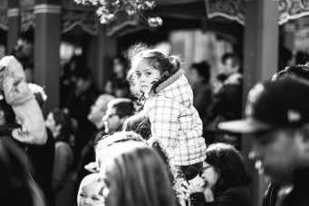 Kid on shoulders X-T1 / 56mm f1.2