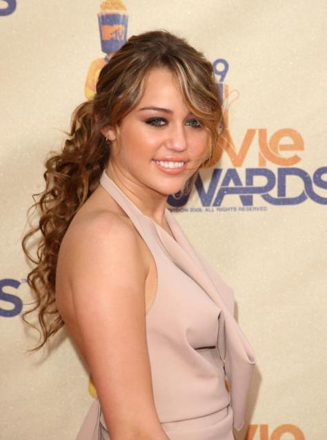 UNIVERSAL CITY, CA - MAY 31: Singer/actress Miley Cyrus arrives at the 18th Annual MTV Movie Awards held at the Gibson Amphitheatre on May 31, 2009 in Universal City, California. (Photo by Jason Merritt/Getty Images)