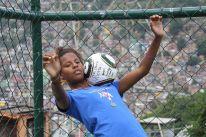 Mädchen können kicken: Discover Football in der Favela Rocinha (Credits: BuzzingCities)