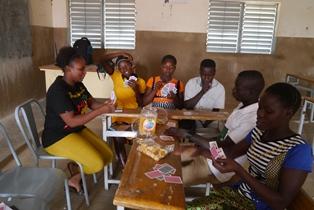 Boulgissa et le bénéficiaires jouent aux cartes