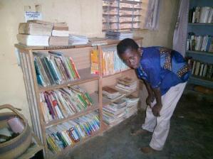 Un lecteur à la bibliothèque de dohoun