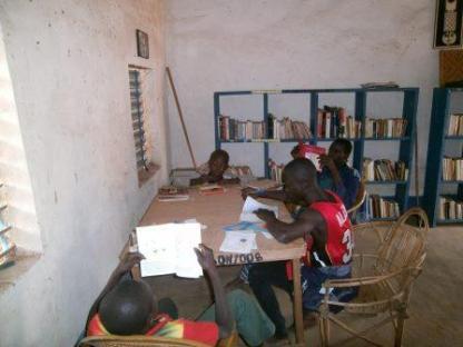 Lecteurs à la bibliothèque de Boni