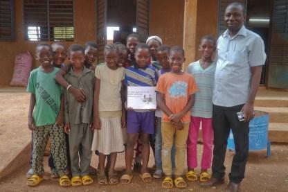 photo de famille des eleves du CM1 devant leur classe