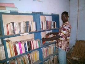 Rangement des livres du gérant de Koumbia