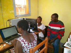 Dounko apporte son soutien à une participante de Houndé