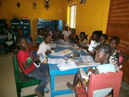 Lecture des élèes de l'école A de Koho à la bibliothèque