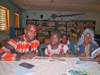 Lecture de livres photos a Koumbia