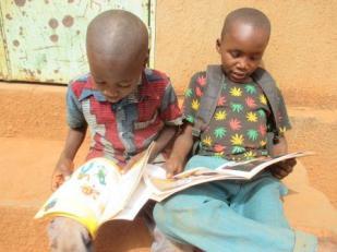 Lecture de deux enfants à l'école D