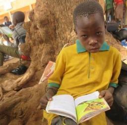 lecture d'un enfant de l'école D