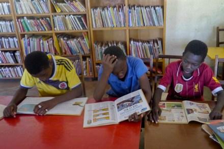Des jeunes lecteurs en train de lire