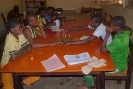 Jeune lecteurs a la bibliotheque