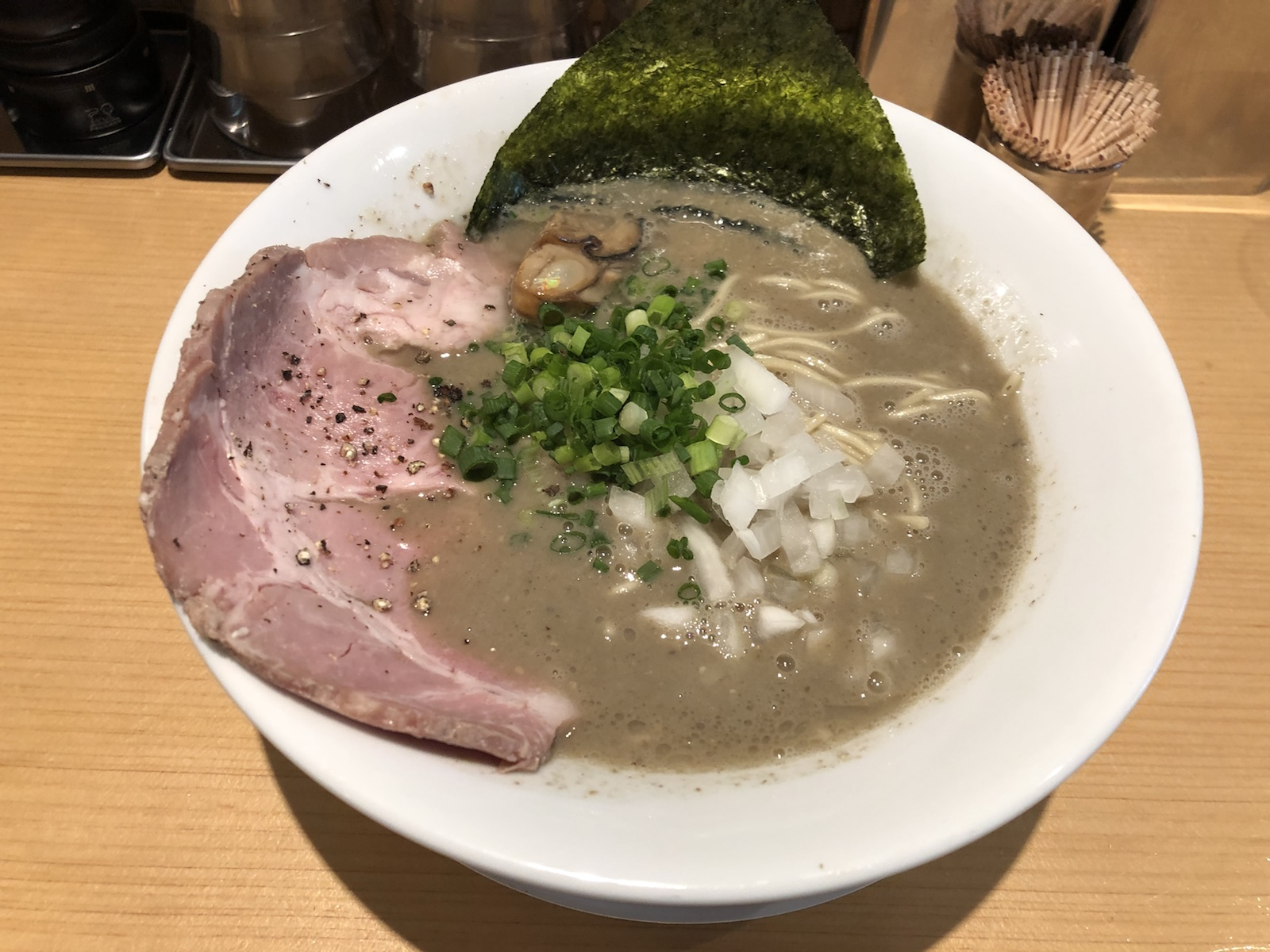 蒲田「まほろ芭」 煮干×牡蠣!海のコク泡立つ濃厚カキニボ麺