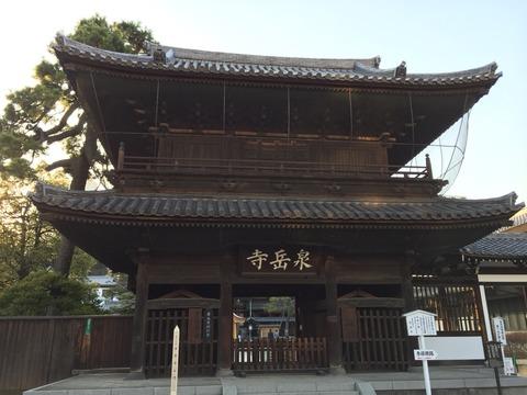 ♪右は高輪泉岳寺、四十七士の墓どころ、雪は消えても…。日本人の心を捉える忠臣蔵・赤穂浪士の墓前に梅の花。品川泉岳寺を歩く。