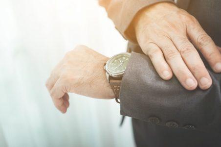 Fazekas Zsolt az órájára tekint és elmélkedik az idő múlásán.
