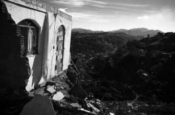 Casa a beira do abismo no Morro do Bumba. Foto: Paulo Barros/ Favela em Foco