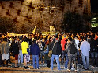 """""""A verdade é dura, a Rede Globo apoiou a ditadura – e ainda apoia!"""", foi um dos gritos de ordem durante o protesto. Foto: Facebook."""