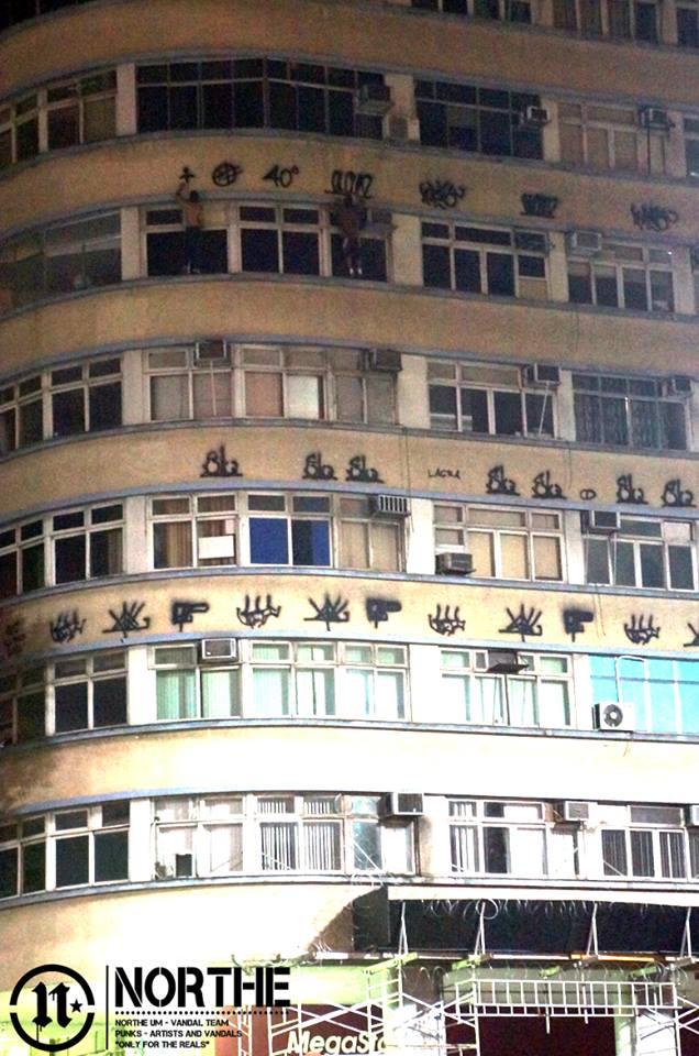 Pichadores se arriscam escalando vários andares nos prédios da cidade. Foto: Northe Um.