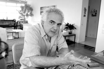 """""""Eu não sou muito ligado em sucesso. Eu considero a literatura uma parte da minha vida, e eu acho a vida muito mais complexa do que a literatura"""", afirma o escritor. Foto: Jesus Carlos."""