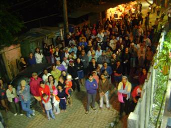 Assembleia realizada no dia 07/05 com a participação de moradores e lideranças, além de um engenheiro voluntário e Alexandre Mendes, da defensoria pública do Rio. Foto: Eduardo Sá/Fazendo Media.