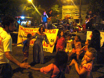 Manifestação cultural em Niterói, com muita música, esquetes, poesia, mostra de jornais alternativos, sempre entremeadas de falações e panfletagem em defesa de uma conferência de comunicação ampla, democrática e transformadora. Foto: Gilka Resende.