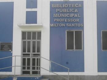 Biblioteca na entrada de Brotas de Macaúbas, com nome em homenagem a Milton Santos que ansceu na cidade. Foto: Eduardo Sá