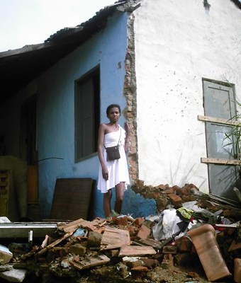 Roseneide dos Santos é uma das moradoras que está com a casada rachada, e cercada de deslizamentos. Ela mora com o marido numa casa divida com outro casal com dois filhos, cuja moradia recebeu apenas um laudo. Foto: Eduardo Sá/Fazendo Media.