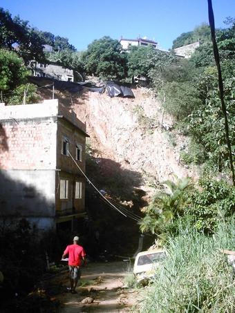 Deslizamento na Rua 11, no Morro dos Fogueteiros, onde duas casas foram soterradas sem vitimar ninguém. Foto: Eduardo Sá/Fazendo Media.