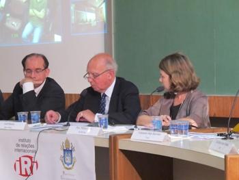 No centro Lord Hannay com a palavra, ao lado esquerdo o embaixador brasileiro Marcel Biato e a professora Mônica Herz no canto direito. Foto: UNIC - Rio.
