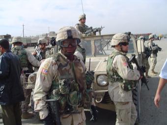 Soldados americanos patrulhando em Falluja, cidade que ficou famosa pela resistência a invasão americana. Foi lá também que o exército americano massacrou mais de 3 mil pessoas em 2004. Foto: Arquivo Kalili.