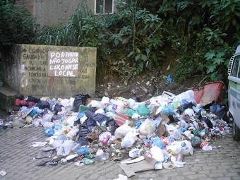 O esgoto a céu aberto e a precária coleta de lixo são problemas a solucionar na comunidade, denunciaram algumas lideranças. Foto: Eduardo Sá/Fazendo Media.