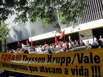 Protesto na porta da sede da Vale, no centro do Rio, com cerca de 200 pessoas.