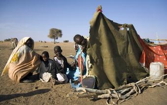 Por conta dos conflitos em Darfur, famílias foram deslocadas para Shangel Tubaya, no Sudão, em busca de abrigo e mantimentos. UN Photo/Albert Gonzalez Farran