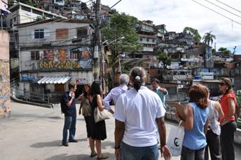 Chegada dos técnicos à comunidade, para vistoriar o terreno do Morro dos Prazeres. Foto: Fabio Ferreira.