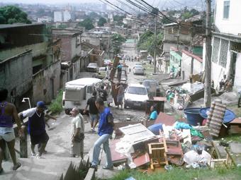 Moradores levando seus pertences que sobraram depois do temporal na cidade. Foto: Eduardo Sá/Fazendo Media.