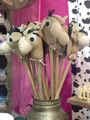 Lembrancinha-aniversário-fazendinha-cavalo-de-pau-feltro Idéias para festa Infantil com tema Fazendinha para meninos e meninas