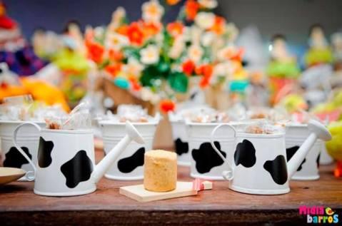 Lembrancinha-aniversário-fazendinha-leiteirinhas Idéias para festa Infantil com tema Fazendinha para meninos e meninas
