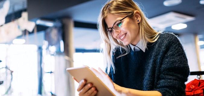 Estudante no tablet sorrindo